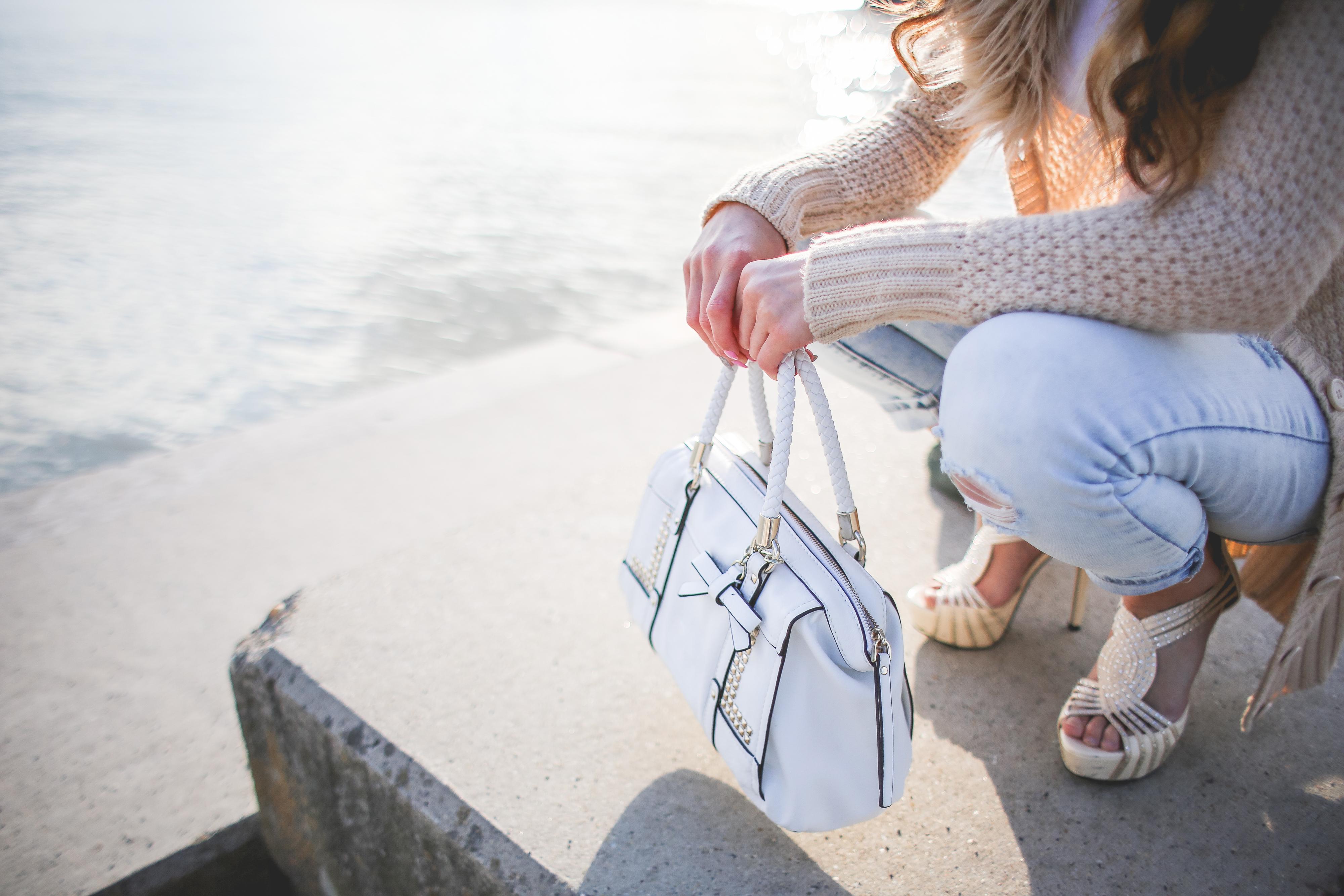Nederlandse vrouw staat 's ochtends inspiratieloos voor de kledingkast - Stijlvolmamablog.nl